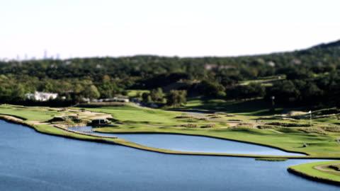 vídeos de stock, filmes e b-roll de lapso de tempo de foto de um campo de golfe em miniatura - obstáculo de água