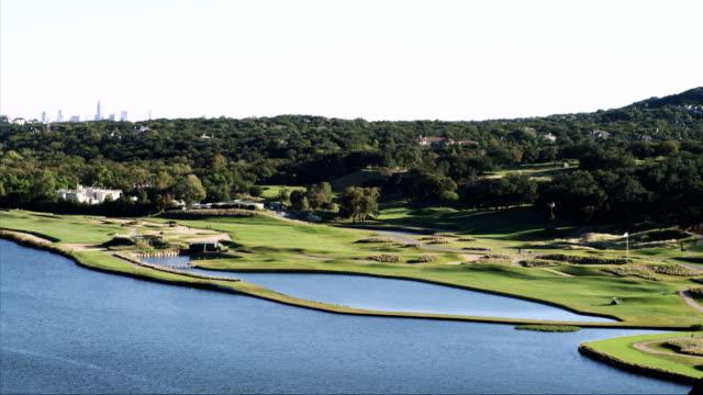 vídeos de stock, filmes e b-roll de lapso de tempo de foto de um campo de golfe - obstáculo de água