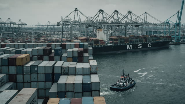 vidéos et rushes de time lapse pov shot of a pilot boat pulling a container ship into the port of rotterdam. - remorqueur
