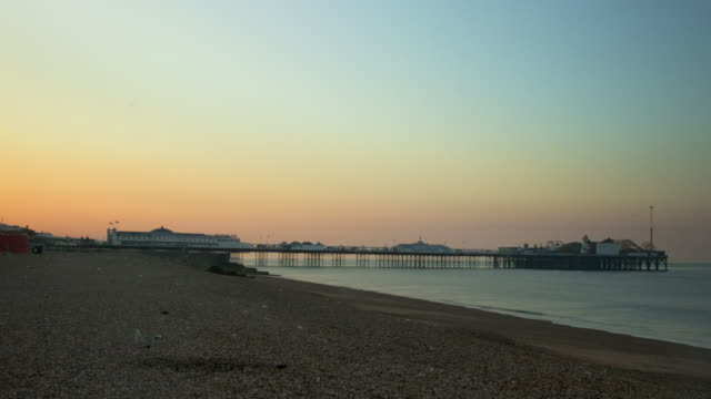time lapse shot of a sunrise over brighton beach. - 宝探し点の映像素材/bロール