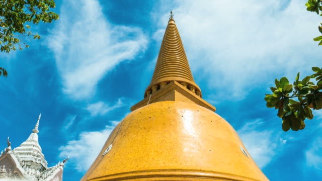 zeit ablauf schuss erstaunlich große goldene pagode mit blauem himmel - chao phraya delta stock-videos und b-roll-filmmaterial