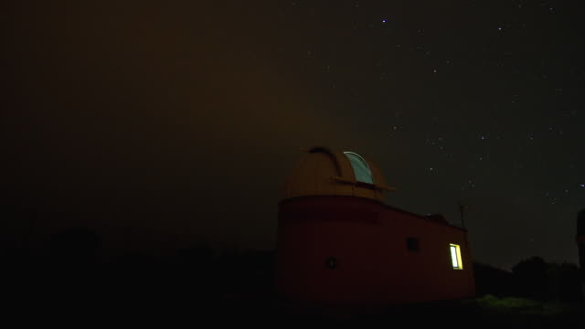 vídeos de stock, filmes e b-roll de time lapse shot of an observatory on the island of el hierro. - hierro