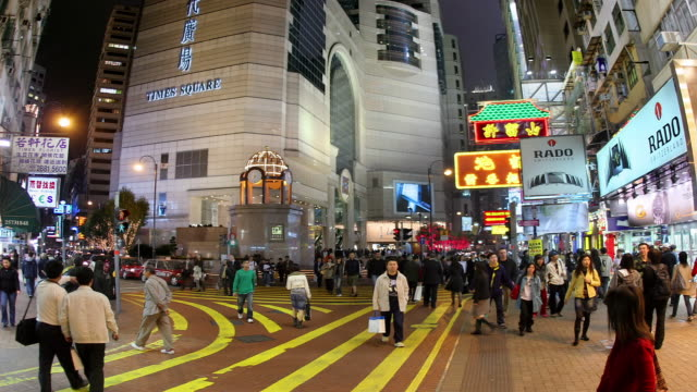 vídeos y material grabado en eventos de stock de time lapse shot of crowd crossing street in times square / hong kong - times square causeway bay