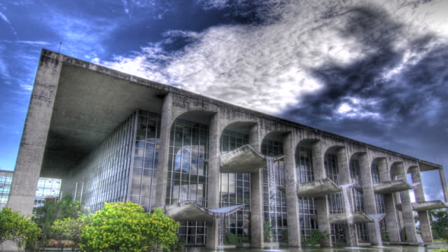 vídeos de stock, filmes e b-roll de time lapse shot of federal supreme court building in brasilia. - high dynamic range imaging