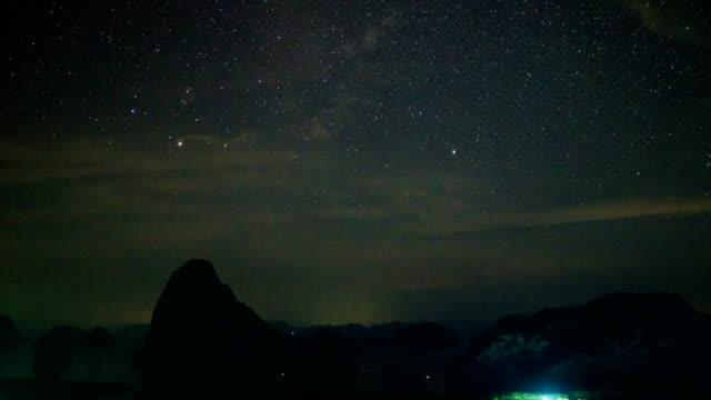 Tijd lapse opname van nachtelijke hemel en Star bij Samet Nang ze gezichtspunt, Phang Nga, Thailand