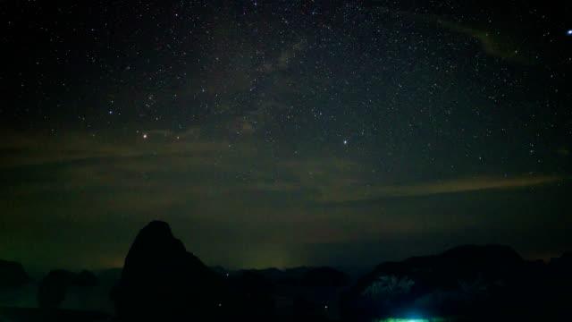 vídeos de stock e filmes b-roll de time lapse shot of night sky and stars samet nang she, phang-nga, thailand - rasto de estrelas