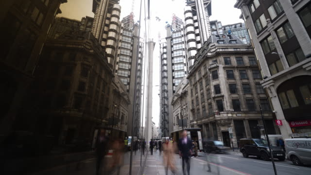 time lapse shot of pedestrians and traffic moving along lime street in the city of london. - stadtzentrum stock-videos und b-roll-filmmaterial