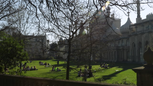 time lapse shot of people relaxing in the grounds of the brighton pavilion. - イーストサセックス点の映像素材/bロール