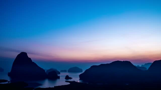 Tiro de lapso de tempo do ponto de vista cénico Samet Nang pela manhã, Phang-Nga, Tailândia