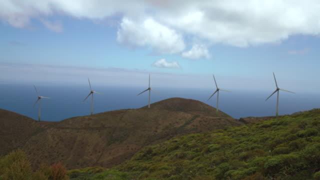 vídeos de stock, filmes e b-roll de time lapse shot of wind turbines spinning on the island of el hierro. - hierro