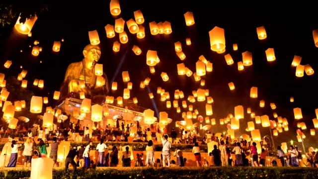 time lapse - sky lanterns with big buddha in loi krathong festival - lanterna attrezzatura per illuminazione video stock e b–roll