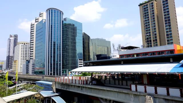 tidsfördröjning: sky train massa transitering av bangkok thailand - högbana bildbanksvideor och videomaterial från bakom kulisserna