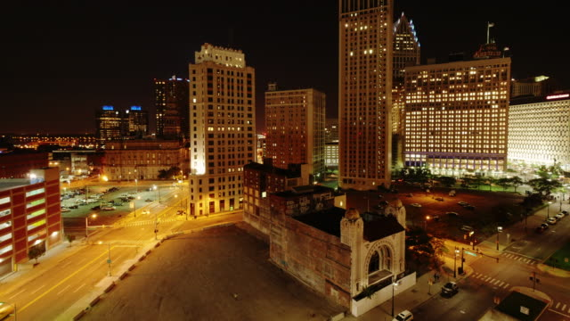 time lapse skyline detroit downtown at night. wide shot from above with cadillac tower - spoonfilm stock-videos und b-roll-filmmaterial