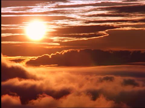 vídeos de stock, filmes e b-roll de time lapse slow sunrise above clouds in orange sky / hawaii - céu romântico