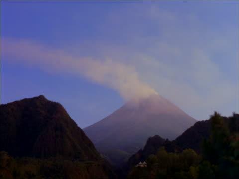 vídeos y material grabado en eventos de stock de time lapse smoke billowing out of mount merapi volcano / java, indonesia - paisaje volcánico