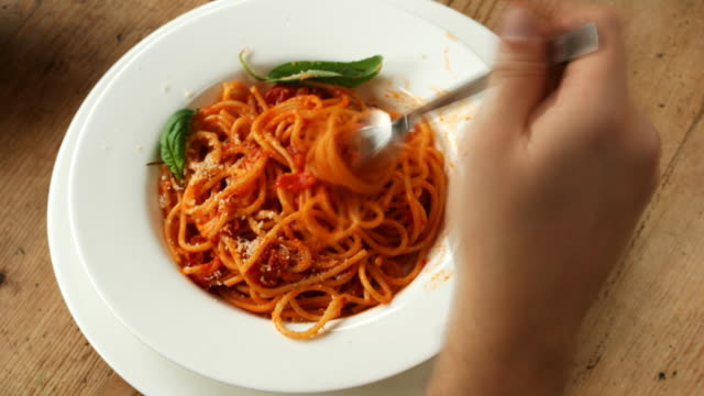 stockvideo's en b-roll-footage met time lapse: spaghetti with tomato sauce eaten in 15 seconds - uitfaden