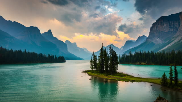 time lapse: spirit island in maligne lake, kanada - see stock-videos und b-roll-filmmaterial