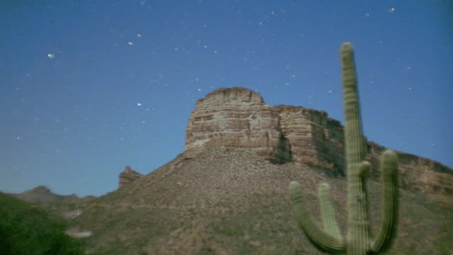 vídeos de stock e filmes b-roll de time lapse stars behind desert cliff / dusk to night / arizona - cato