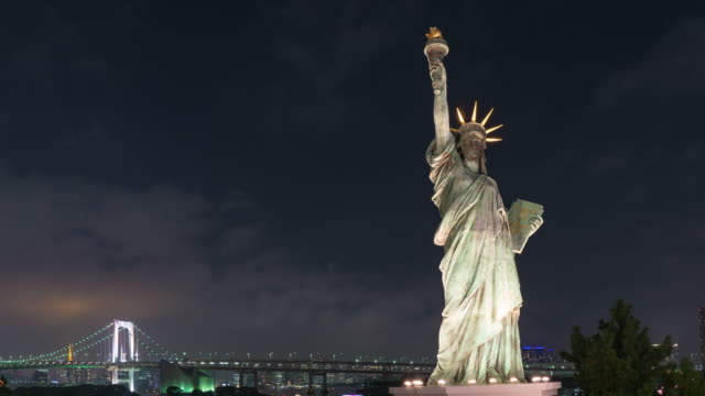 4K Zeitraffer: Statue of Liberty in Odaiba mit Rainbow Bridge bei Nacht.