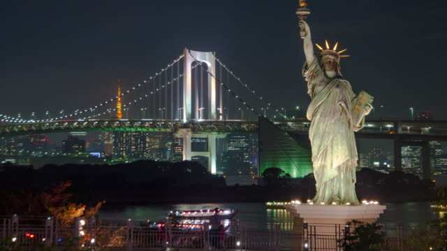 4K Zeitraffer: Statue of Liberty in Odaiba mit Rainbow Bridge bei Nacht