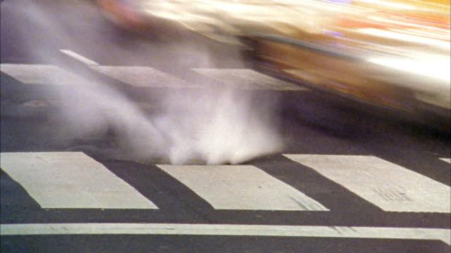 vídeos y material grabado en eventos de stock de time lapse steam coming from manhole cover w/traffic in street / nyc - tapadera de cloaca