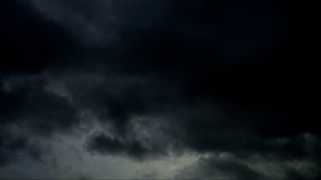 vídeos de stock, filmes e b-roll de tempo lapso nuvem de tempestade, vídeo em hd espelho - overcast