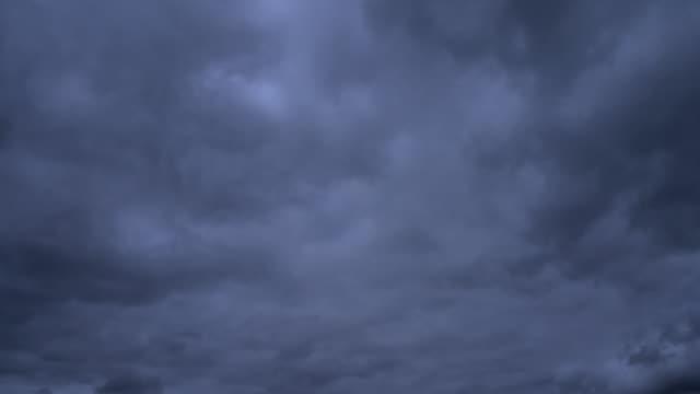 vídeos de stock, filmes e b-roll de time lapse stormclouds - relâmpago em ziguezague