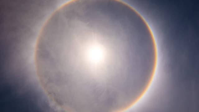 vidéos et rushes de laps de temps: soleil et ciel bleu - auréole