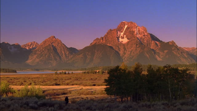 time lapse sun rising over rocky mountains / yellowstone national park, wyoming - grand teton stock-videos und b-roll-filmmaterial