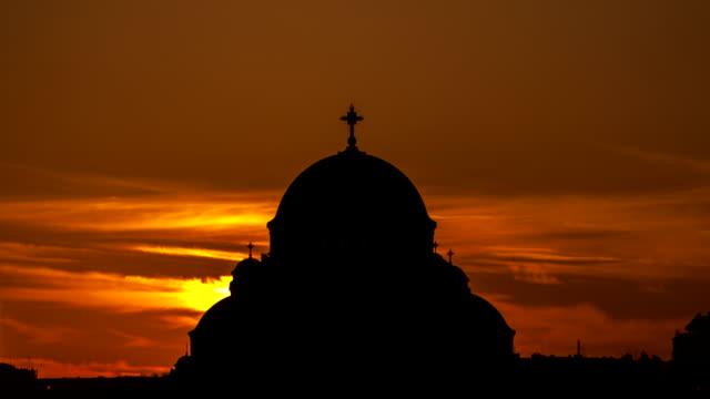 vídeos de stock e filmes b-roll de intervalo de tempo em 4k-sol sobre a igreja crescente - cristo redentor
