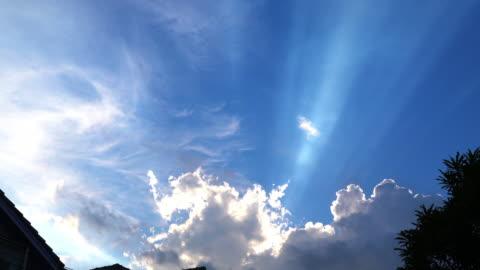 空の夕方の暗い雲の中を通る時間の経過太陽。 - sunbeam点の映像素材/bロール