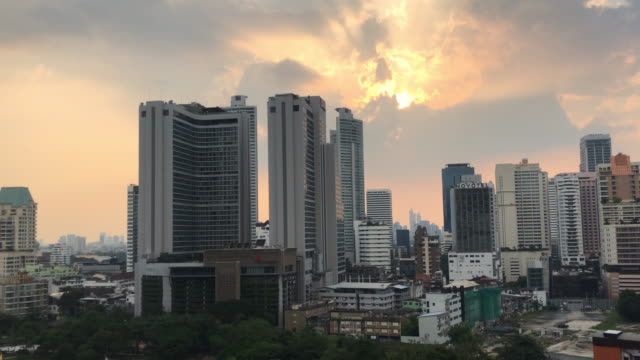 vídeos de stock, filmes e b-roll de luz solar de lapso de tempo e construção no negócio de sukhumwit distrito bangkok, tailândia - desaparecer gradualmente