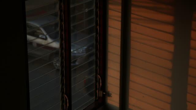 zeitraffer: sonnenlicht, das durch einen fensterladen scheint. - sunbeam stock-videos und b-roll-filmmaterial