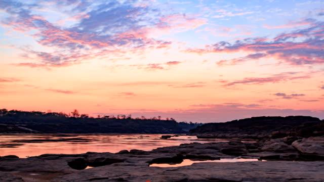 Zeitraffer Sonnenaufgang und schöne Wolken und Himmel im Fluss