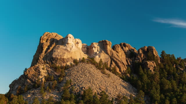 time lapse sunrise at mount rushmore national monument beauty shot. - サウスダコタ州点の映像素材/bロール