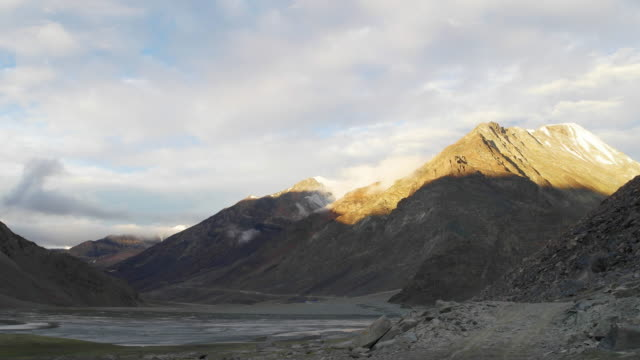vídeos de stock, filmes e b-roll de time lapse sunrise dawn at lahaul-spiti district near baralacha la on the leh- manali highway - 20 segundos ou mais
