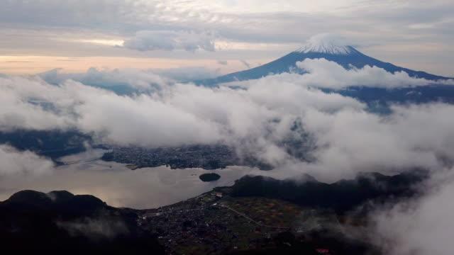 vídeos de stock, filmes e b-roll de time lapse nascer do sol lago kawaguchiko tiro aéreo do vulcão mt.fuji , fujisan , japão - coberto de neve