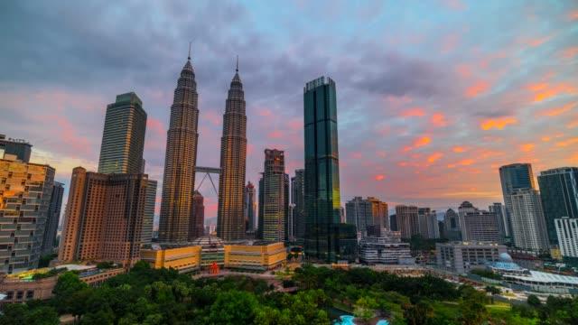 4k time lapse sunrise, night to day scene of kuala lumpur skyline landmark with petronas twin tower, malaysia - torri gemelle petronas video stock e b–roll