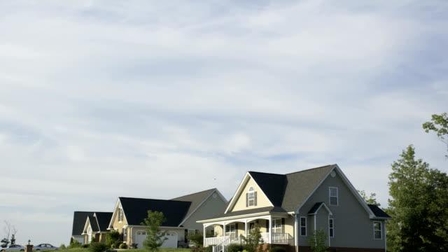 vídeos de stock e filmes b-roll de time lapse sunrise of homes - suburbano