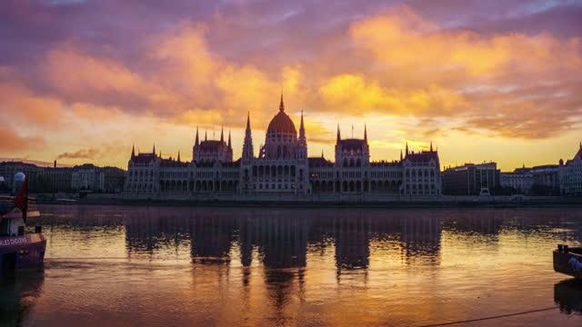 vídeos y material grabado en eventos de stock de lapso de tiempo amanecer del edificio del parlamento budapest hungría - cultura húngara
