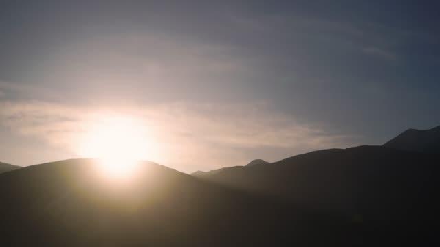 4K time-lapse, zonsopgang op de berg met dramatische hemel.
