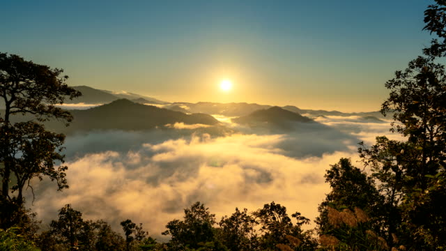 vídeos de stock e filmes b-roll de time lapse sunrise over mountain with mist and fog cloud - luz solar