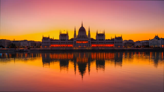 vidéos et rushes de time lapse sunrise scene, night to day of hungarian parliament and danube river at budapest, hongrie - fleuve danube