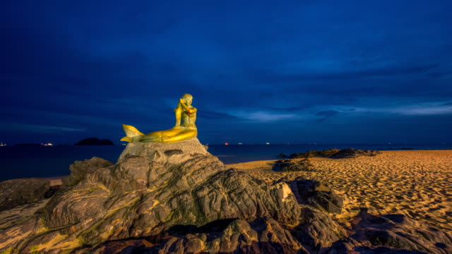 zeitraffer sunrise scene of mermaid statue, famous travel place in songkhla, thailand - anmut stock-videos und b-roll-filmmaterial