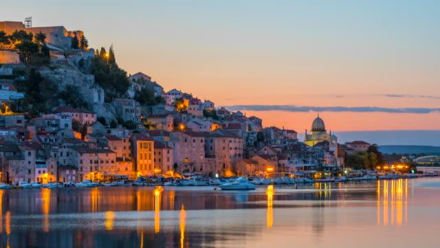 time lapse sunrise scena della città di sibenik con la cattedrale di san giacomo a sibenik, croazia - croazia video stock e b–roll