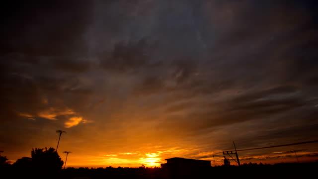 vídeos y material grabado en eventos de stock de lapso de tiempo 4k: amanecer que se está moviendo nublado (hdr) - tejado