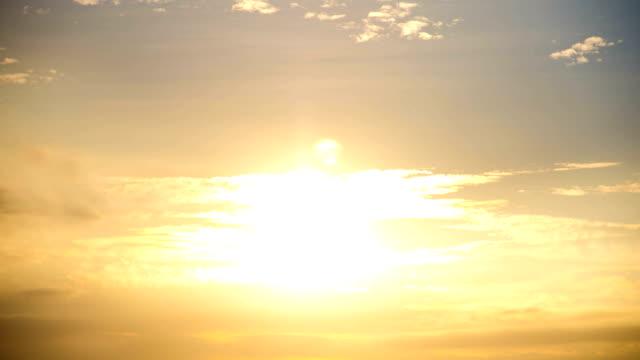 time lapse nascer do sol através do número de camadas de nuvens
