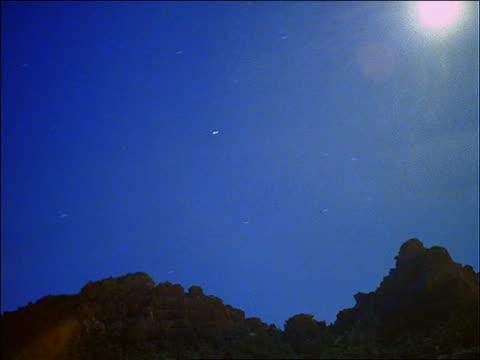 time lapse sunset and stars over desert mountains - südwestliche bundesstaaten der usa stock-videos und b-roll-filmmaterial