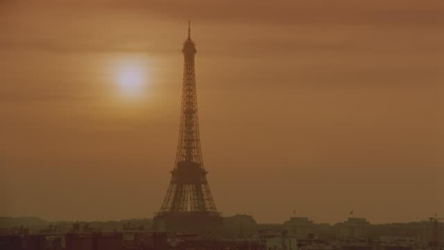 vídeos de stock, filmes e b-roll de time lapse sunset behind silhouette of eiffel tower / paris - céu romântico