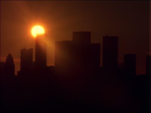 vídeos de stock, filmes e b-roll de time lapse sunset behind silhouette of los angeles skyline - céu romântico